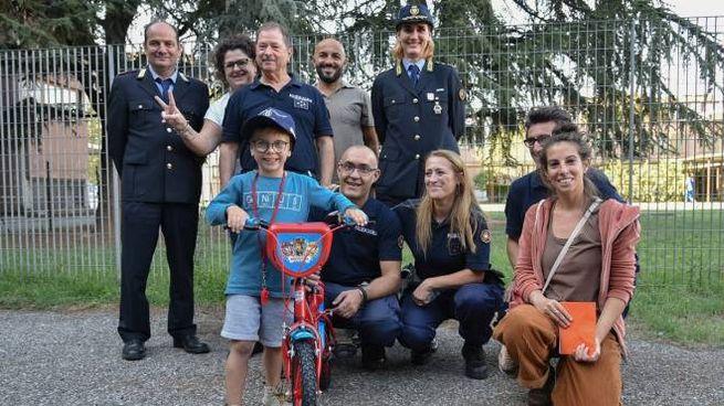 Milano, gli rubano la bici nel giorno del sesto compleanno: i ghisa la ricomprano