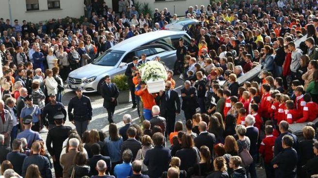 I funerali di Mariagrazia Pomoli e Matteo Dei Cas ad Ardenno (Anp)