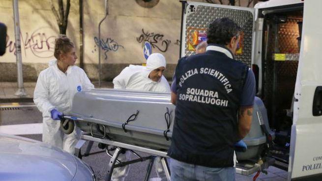 Il corpo della donna viene portato via dalla Scientifica (Fotolive)
