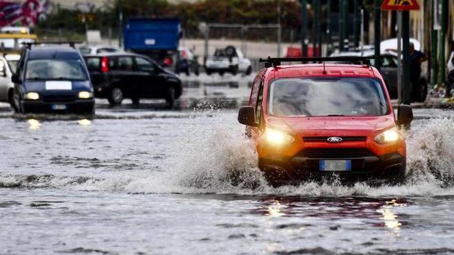 meteo, nuove piogge in arrivo. Foto: nubifragio a Napoli nei giorni scorsi (Ansa)