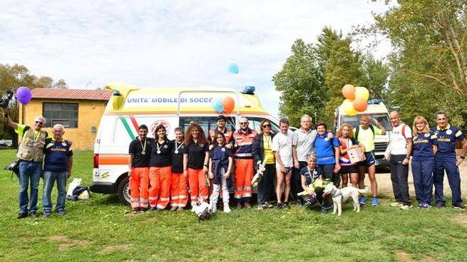 Foto di gruppo davanti all'ambulanza (foto Regalami un sorriso onlus)