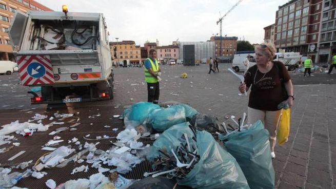 Bologna, Hera raccoglie la spazzatura della Piazzola in piazza VIII Agosto (FotoSchicchi)