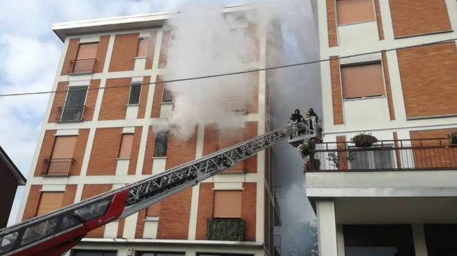 L'incendio nel palazzo via Papa Giovanni XXIII a Peschiera Borromeo (Canali)