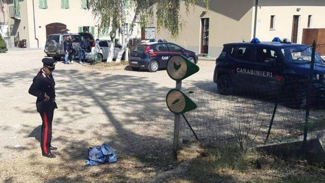 I carabinieri sul luogo dove un Suv ha travolto tre bimbi a Chieri (Ansa)