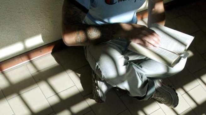 Un detenuto all'interno della sua cella (Ansa)