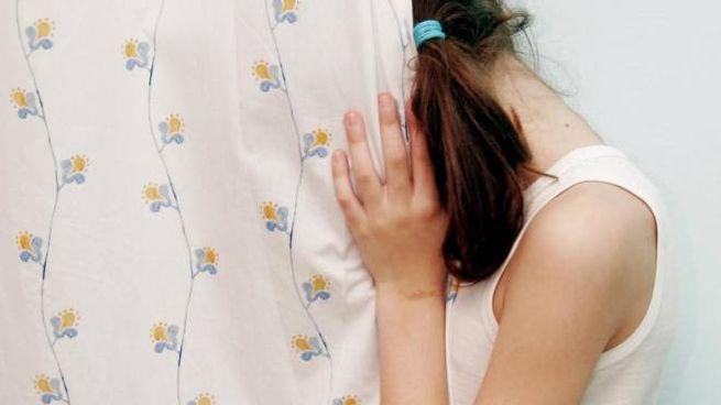 Due minorenni sono state pagate per fare sesso dagli anziani. La madre a processo