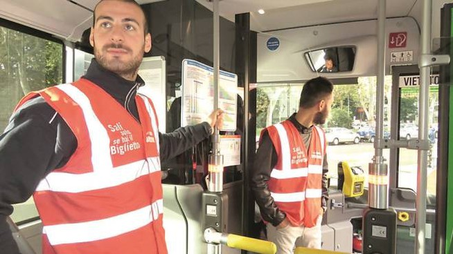 I tornelli nell'autobus della Lam  a Prato Chi è  senza biglietto  non potrà salire