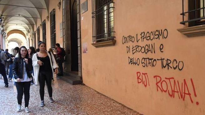 Bologna, scritte sui muri dell'Università (FotoSchicchi)