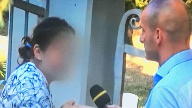 La donna intervistata da un giornalista