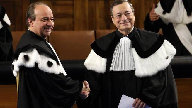 Il rettore Anelli (a sinistra) e Mario Draghi (a destra) (Ansa)