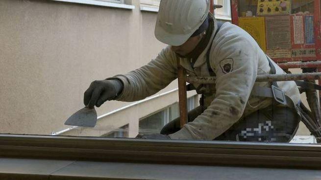 Operaio impegnato in una ristrutturazione (Foto Spf)