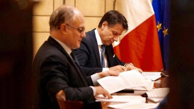 Il ministro Gualtieri e il premier Conte (Ansa)