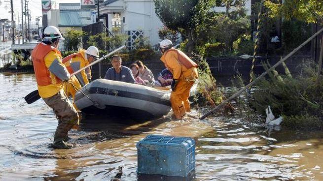 Soccorritori al lavoro nella prefettura di Fukushima (Ansa)