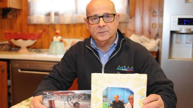 Francesco Potenzoni mostra le foto del figlio Daniele