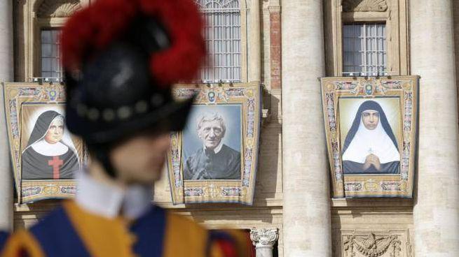 La cerimonia per la proclamazione di 5 nuovi santi in piazza San Pietro (Ansa)