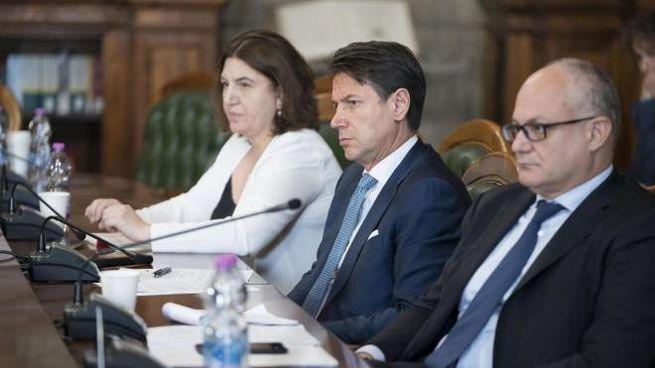 La ministra del Lavoro Catalfo, Conte e il ministro dell'Economia Gualtieri (Ansa)