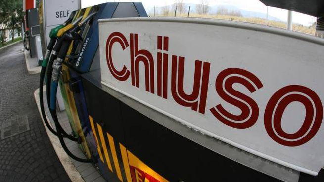 Distributore di benzina chiuso (Ansa)