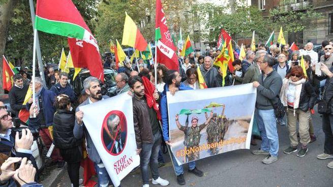 La protesta sotto il consolato turco di Milano (Newpress)
