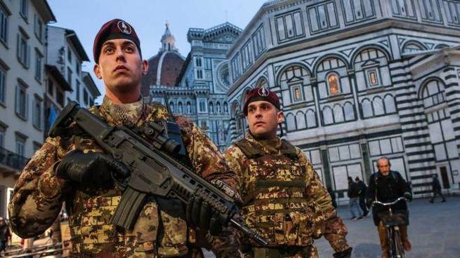 Due militari in piazza del Duomo presenti come rinforzo alle forze dell'ordine cittadine