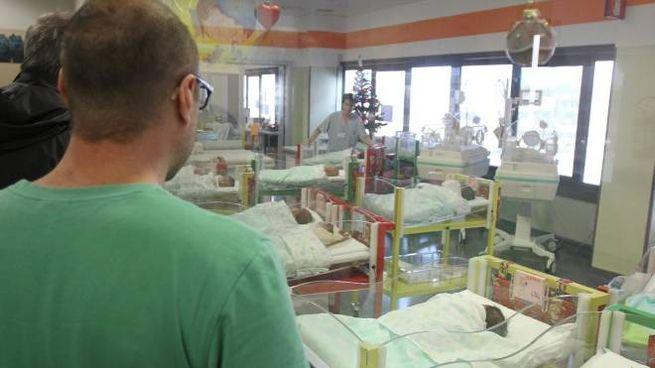 Un reparto di Ostetricia: i genitori pesaresi sono diventati padri di due gemelli