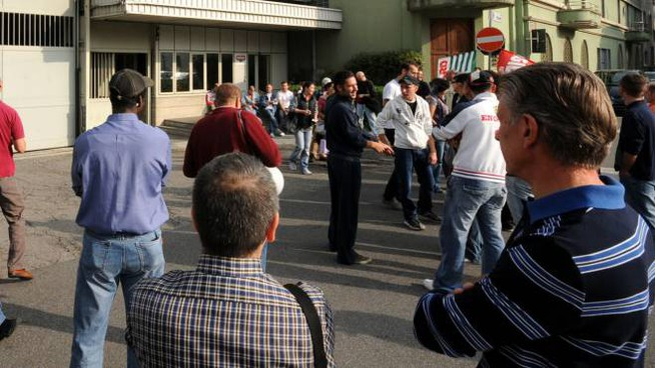 Alcuni dei lavoratori della Vismara di Casatenovo durante un presidio