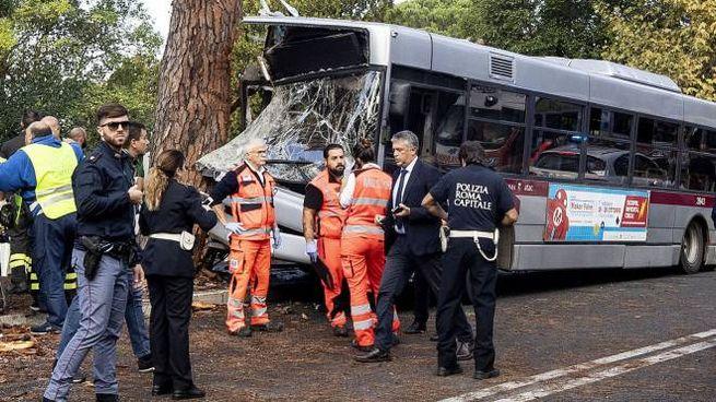 Incidente a Roma, bus contro albero sulla Cassia (Lapresse)