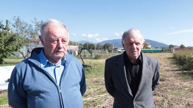 Severo e Pierino Andreoli sui loro appezzamenti incolti da 20 anni (Fotolive)