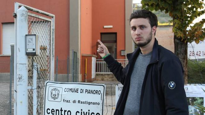 Il capogruppo leghista Luca Vecchiettini di fronte al Comune di Pianoro
