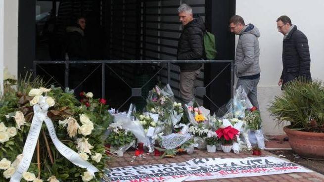 Il tappeto di fiori davanti all'ingresso della discoteca dopo la strage