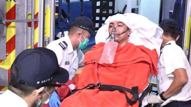 Hong Kong, Jimmy Sham viene trasportato in ospedale (Ansa)
