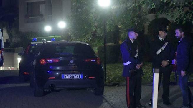 I carabinieri nel cortile del condominio di via don Milani a Cernusco