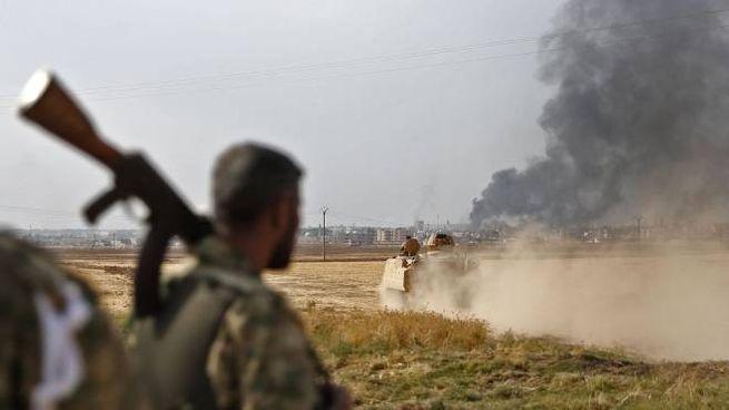 Fumo si alza dalla città di Ras al Ayn, bombardata dai turchi (Lapresse)