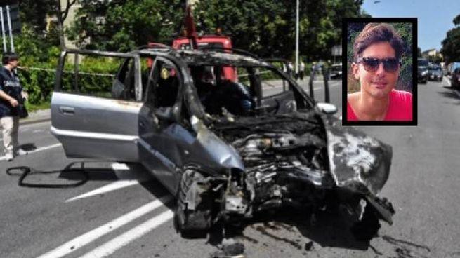 Una delle auto coinvolte nell'inseguimento mortale. Nel riquadro la vittima