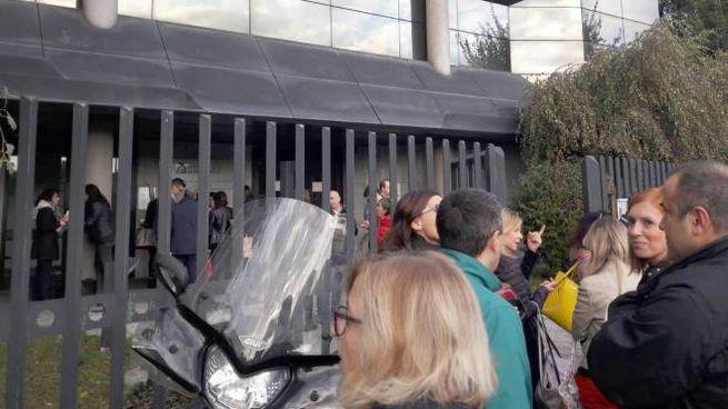 Monza  i dipendenti dell'agenzia delle entrate di via Ticino chiusa per inagibilità