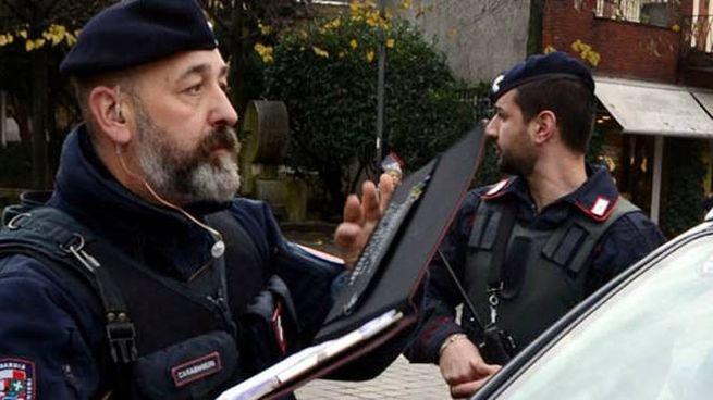 Il figlio dell'anziana ha denunciato la violenta aggressione ai carabinieri