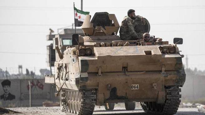 Un carro armato turco impegnato nell'offensiva in Siria (Ansa)