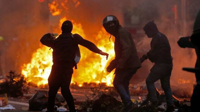 Catalogna, Barcellona a ferro e fuoco (LaPresse)