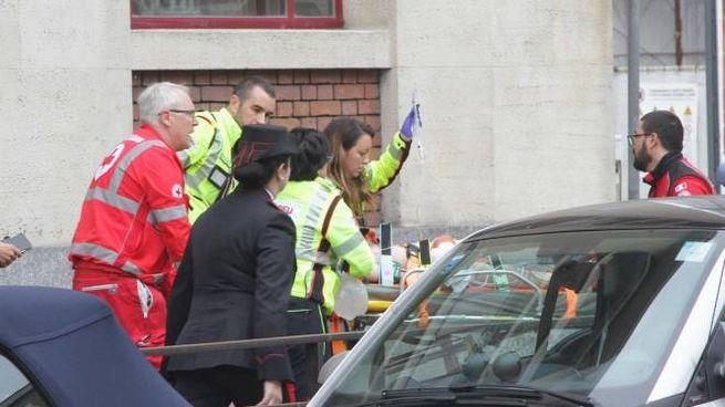 Un bambino di 6 anni viene trasportato in ospedale dopo essere precipitato a scuola