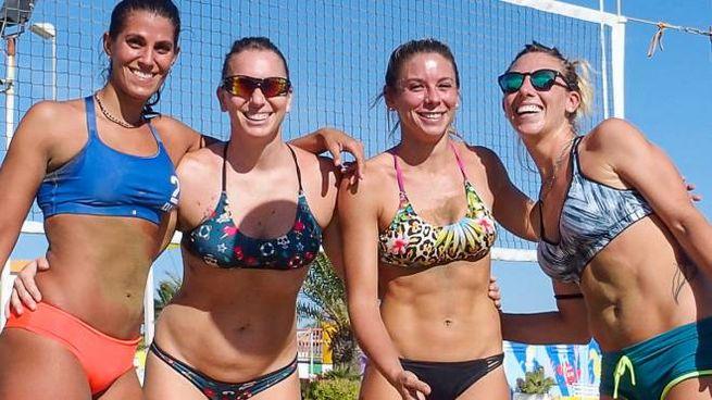 Tuffi in mare e partite di beach volley: per centinaia di persone è stato un sabato estivo