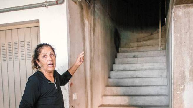 Maria Donata mostra la scala a chiocciola, per lei impossibile da salire (Zeppilli)