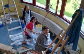 Genitori e insegnanti al lavoro per realizzare la nuova aula di cucina