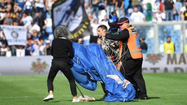 Il paracadutista che è atterrato in campo durante il match (foto Fiocchi)