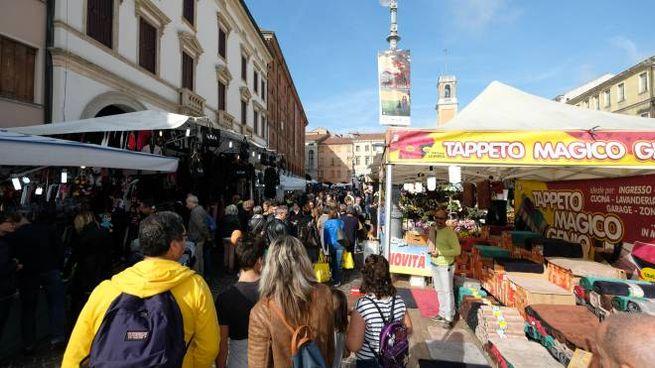 Folla tra le bancarelle di Rovigo (foto Donzelli)