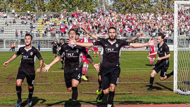 Il Cesena festeggia dopo il goal di Butic