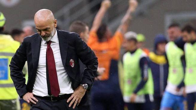Pioli pensieroso, il Lecce ha appena pareggiato a San Siro contro il suo Milan (Ansa)