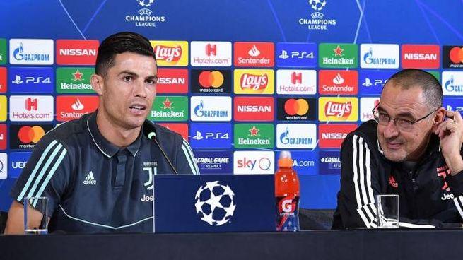 Cristiano Ronaldo e Maurizio Sarri in confeenza stampa (Ansa)