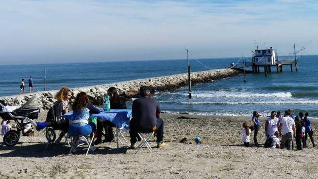 Meteo Ravenna, domenica in spiaggia a Marina Romea (foto Carlo Morgagni)