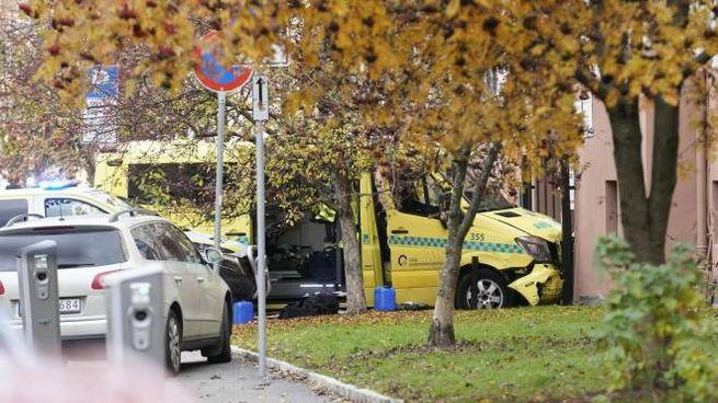 L'ambulanza rubata e lanciata sui pedoni a Oslo (Ansa)