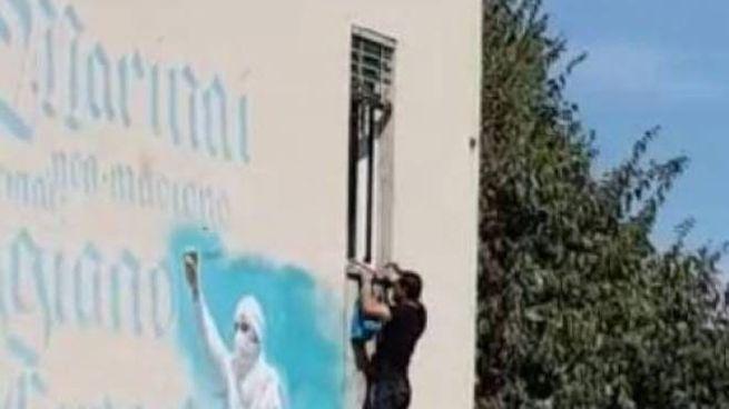 Un frame del video girato che testimonia l'introduzione abusiva nello stabile