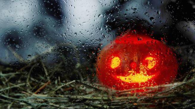La notte di Halloween e il giorno successivo sotto la pioggia